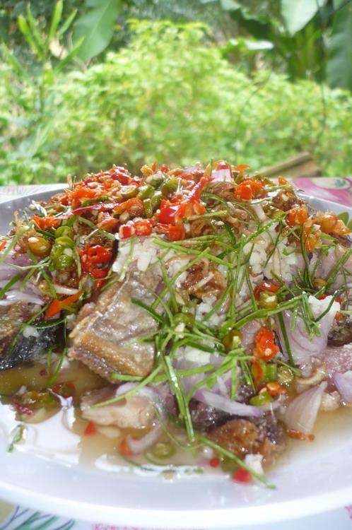 ปลาอินทรีย์เค็มยำสมุนไพร