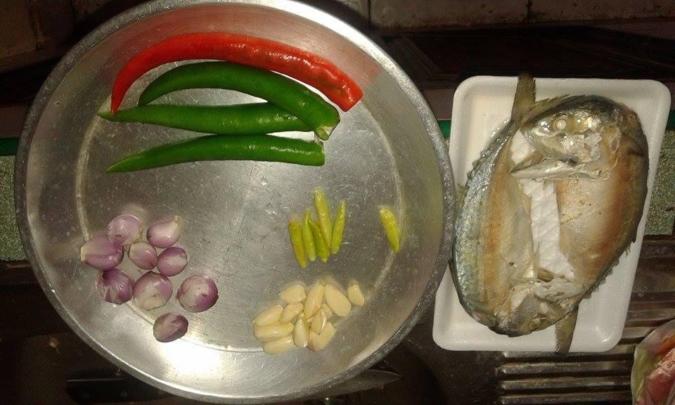 น้ำพริกปลาทู หมูสามชั้นชุบแป้งทอด และผักกูดต้ม