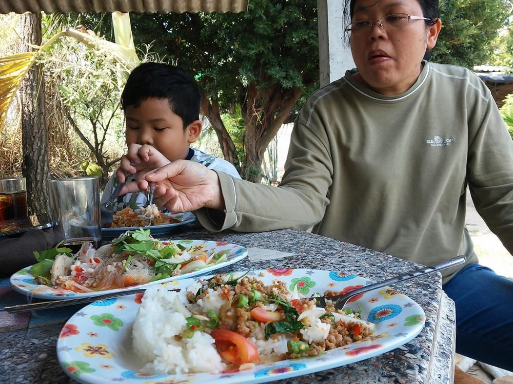 พักผ่อน จ้องทุ่น กับครอบครัวตัวอ้วน