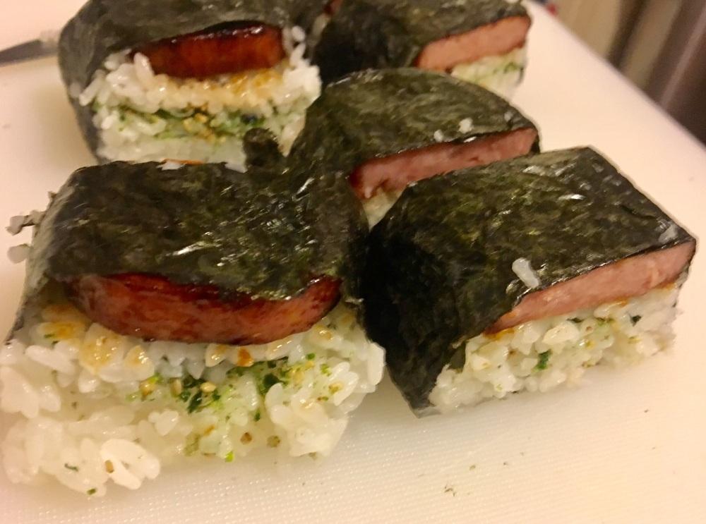 ข้าวห่อสาหร่ายหมูกระป๋อง (spam musubi)
