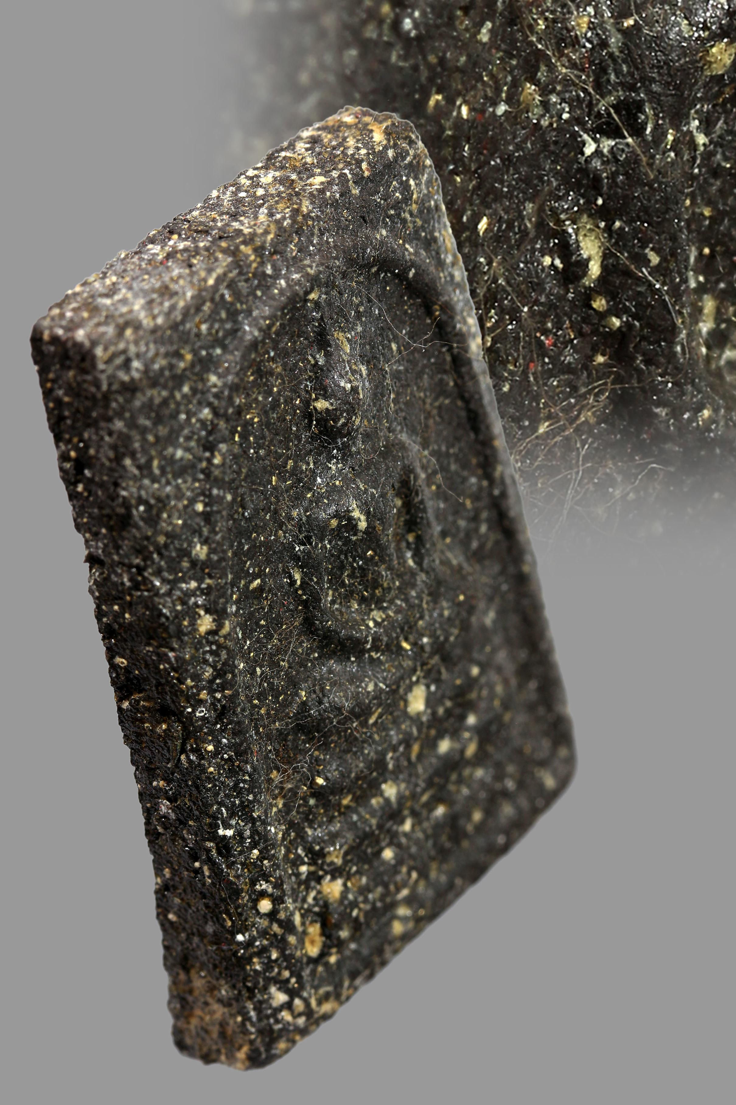 พระผงญาณวิลาศ พิมพ์ลึก หลวงพ่อแดง วัดเขาบันไดอิฐ จ.เพชรบุรี เนื้อดำ ปี2513